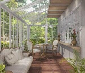 Veranda arredata con poltrone e divanetti bianchi