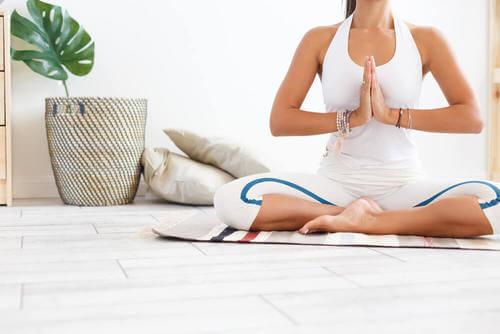 Ambiente con colori chiari per la meditazione.