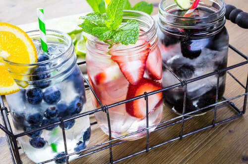 Mason Jar con smoothies alla frutta.