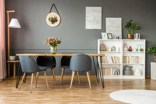 Tavolo in legno di pino.