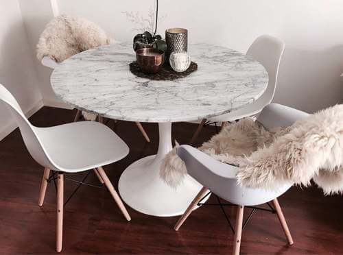 Tavolo rotondo in marmo bianco.