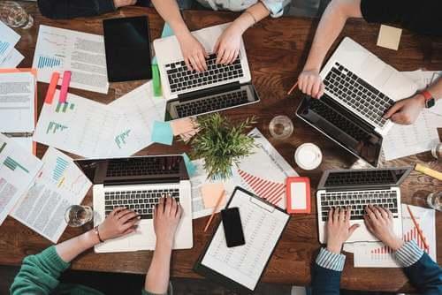 Spazio di coworking con molti pc.