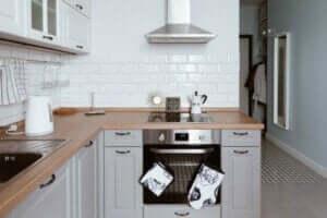 Cucina con banconi in legno.