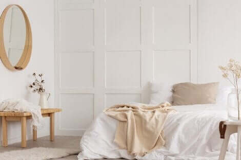 Camera da letto bianca.