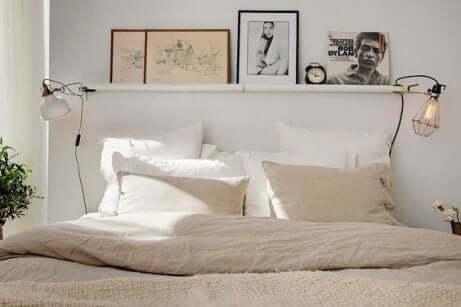 Camera da letto piccola con lenzuola semplici.