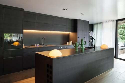 Cucina nera con luce calda.