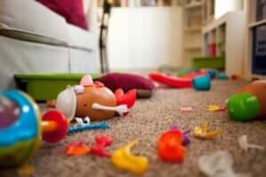 Giocattoli in disordine sul pavimento.