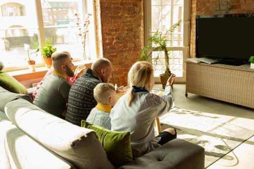 Famiglia davanti il televisore.