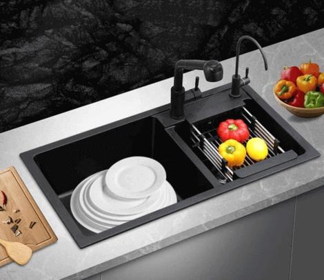 Cucina con rubinetto nero e scolapiatti.