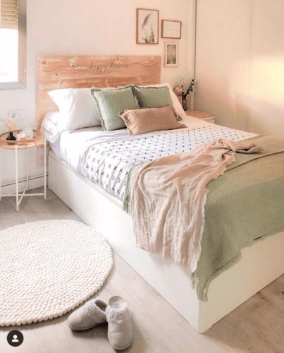 Camera da letto con colori pastello.