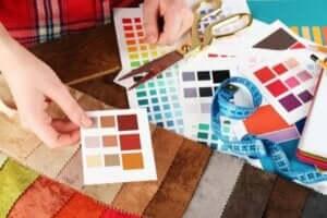 Un designer d'interni lavora con le palette di colori.
