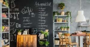 Cucina con parete in vernice per lavagna.