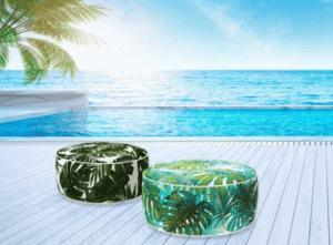 Due pouf ottomani con pattern tropicali.