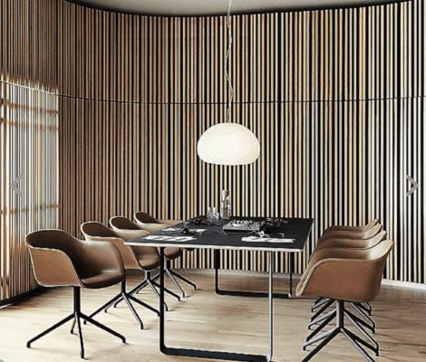 Sala da pranzo con pareti curve.