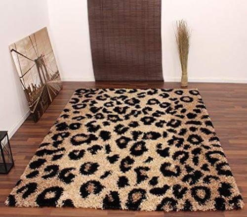 Tappeto con motivi di leopardo.
