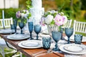 Una tavola con bicchieri in azzurro.