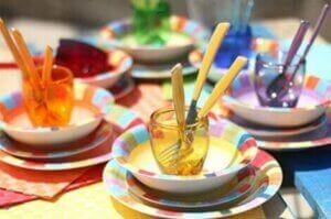 Una tavola con bicchieri multicolor.