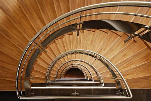 Scale in legno e acciaio per una casa moderna