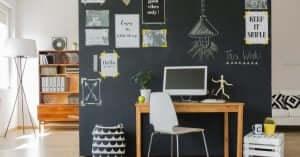 Ufficio casalingo con parete decorata.