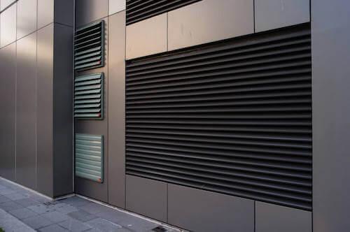 Particolare areazione facciata ventilata.