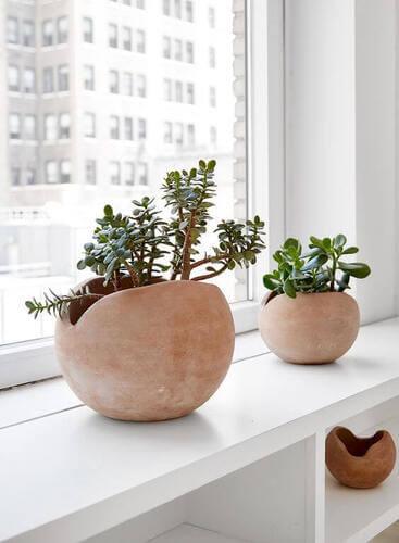 Vasi in ceramica di fronte alla finestra.