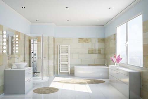 Bagno luminoso con lavabo, doccia, vasca da bagno.