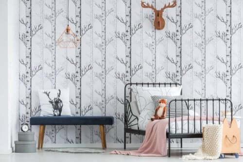 Camera da letto decorata con carta da parati.