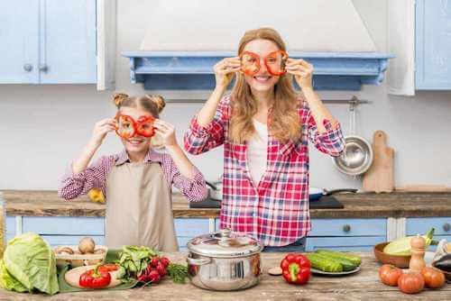 Madre e figlia che preparano le verdure per un minestrone.