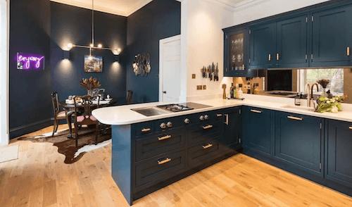 Cucina e sala da pranzo con pavimenti in legno.
