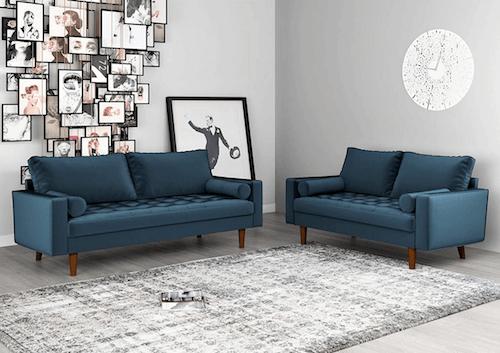 Divani blu in un soggiorno con pareti grigie.