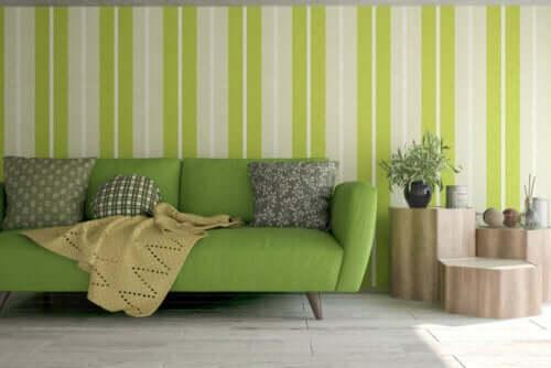 Soggiorno con divano e pareti verde mela.