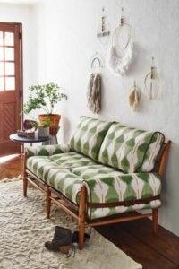 Salotto con divano a fantasia geometrica.