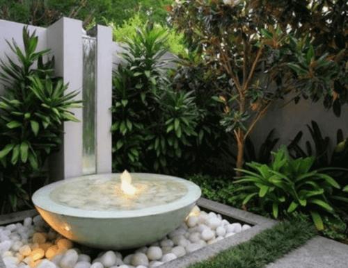 Una fontana dalle linee curve.