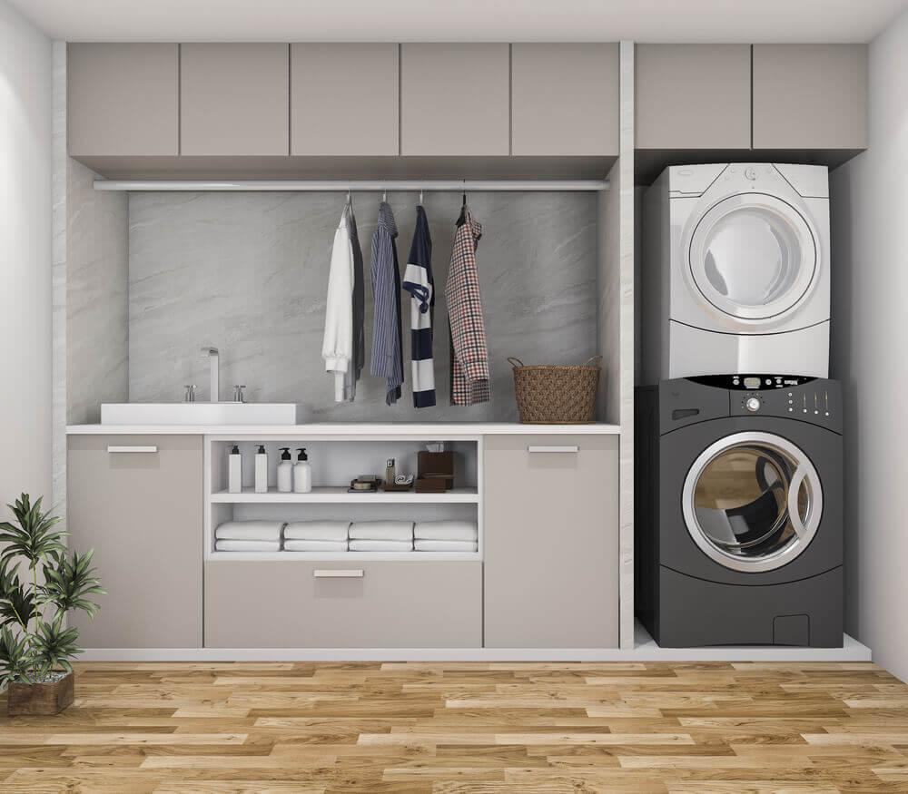 Lavanderia con lavatrice e asciugatrice.