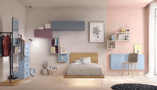 Camera da letto con colori dai toni neutri.