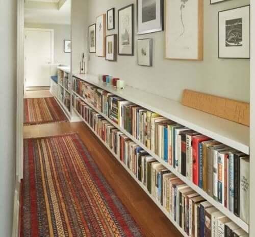 Una libreria in corridoio.