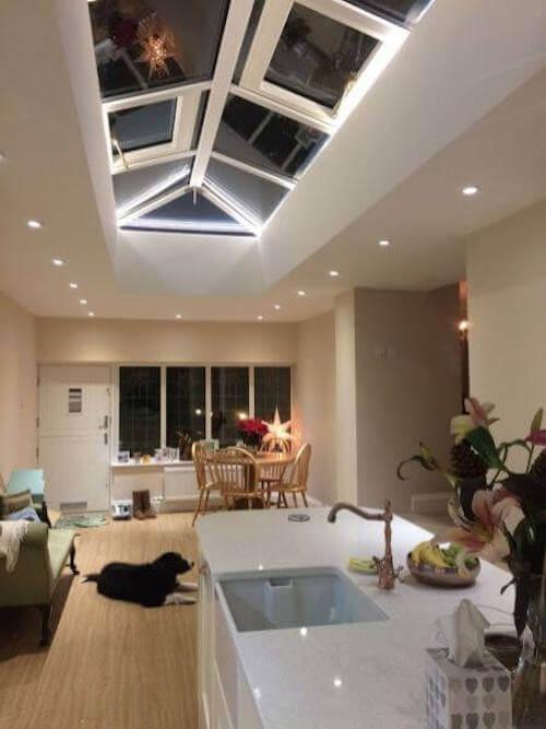 Cucina e zona pranzo con illuminazione a scomparsa. Rendere una casa più elegante.