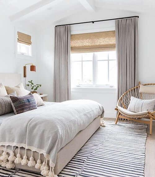 Mix di tende e veneziane in camera da letto.
