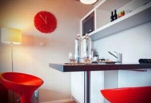 Cucina arredata con elementi di colore rosso.