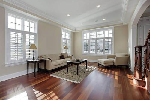Salone con pavimento in parquet e mobili in legno.