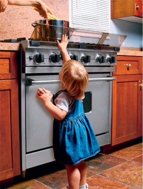 Cucina con protettori antiribaltamento.