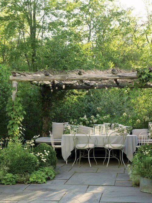 Sala da pranzo estiva in giardino.