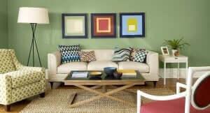 Salone arredato con quadri colorati.