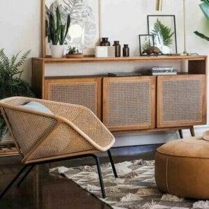 Sedia e mobiletto in stile cannage per decorare il salotto.