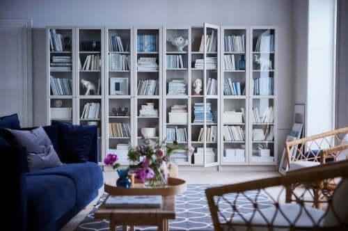 Un soggiorno con un'ampia libreria bianca.