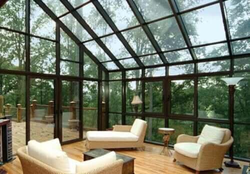 Solarium arredato dal tetto in vetro.