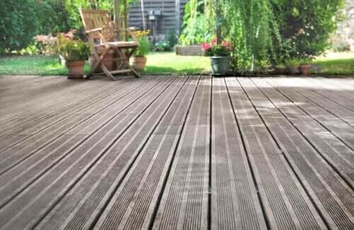 Solarium con pavimentazione in legno.