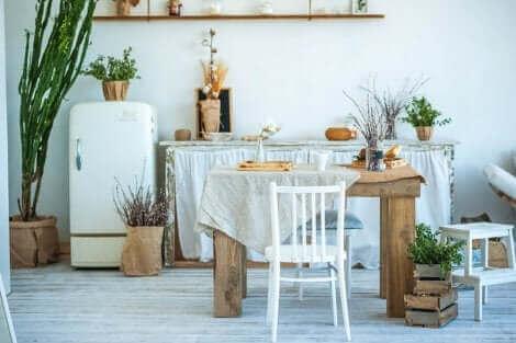 Stile Kinfolk. Tavolo da cucina rustico.