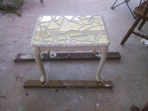 Tavolino creato pezzi di specchio rotti.
