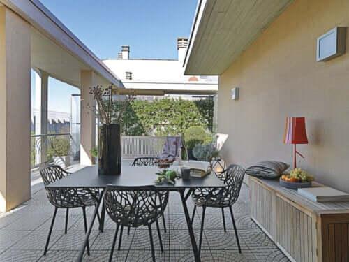 Terrazza con mobili da esterno di design.